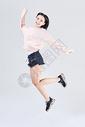 青年女性活力跳跃动作图片