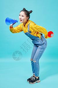 青年女性拿着喇叭呐喊图片
