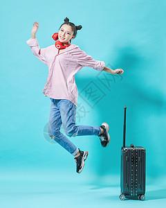青年女性出游跳跃动作图片