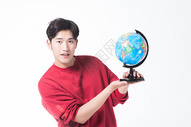 男性手拿地球仪图片