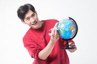 男性手拿地球仪500858014图片
