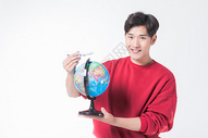 男性手拿地球仪500858015图片