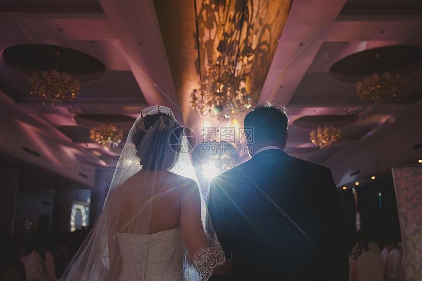 新娘与父亲的背影图片