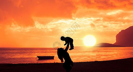 夕阳下的母亲和儿子图片