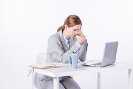 外国商务女性加班苦恼图片