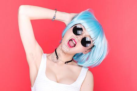时尚女孩戴着墨镜大笑图片