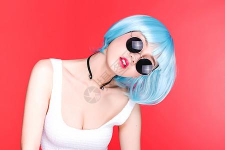 时尚美女戴着墨镜酷酷的动作图片