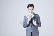 拿着美金的商务男士图片