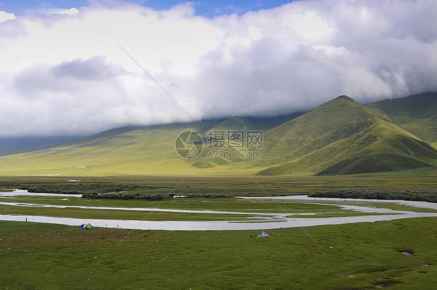 新疆天山牧场蓝天白云牧业河道图片