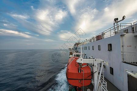 航行中客货滚装船图片