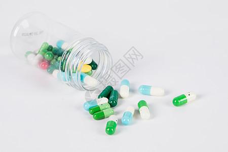 药瓶里散落的药片图片