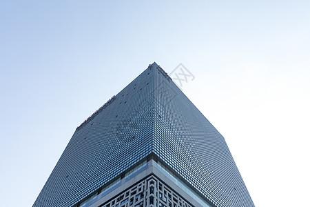 天空下的城市建筑外立面图片