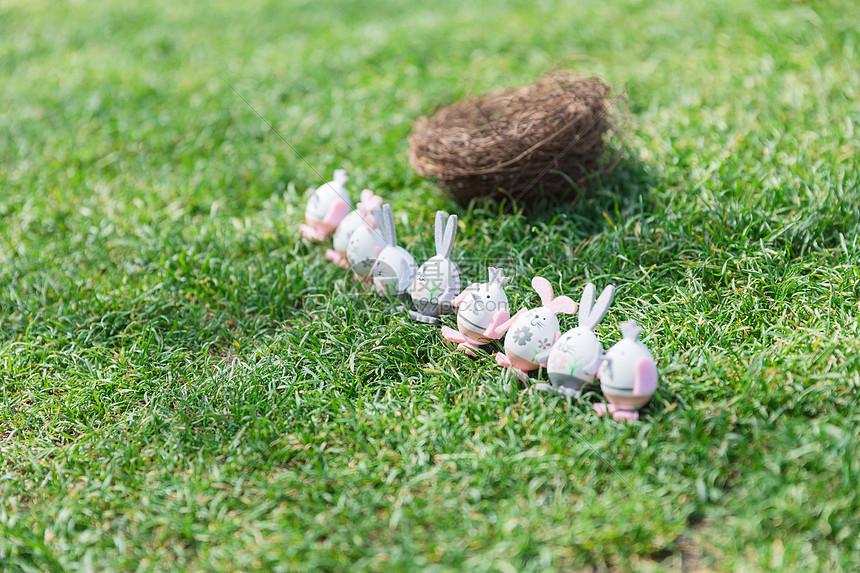 阳光下草地上的复生节彩蛋图片