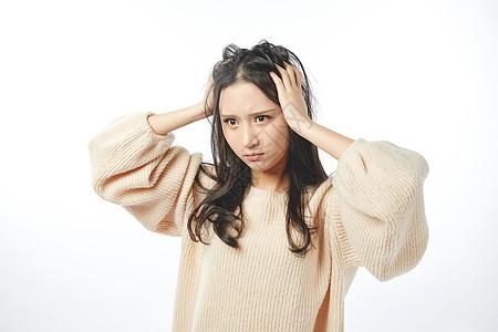 年轻女孩生气表情动作图片