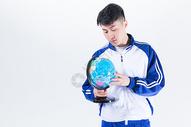 男性学生手拿地球仪图片