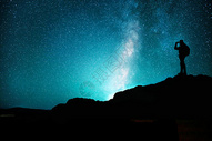 观看星空的人图片