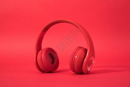 红色背景里的头戴式耳机图片