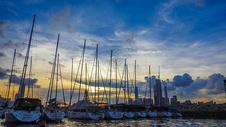 香港避风塘傍晚夕阳下的港湾船舶帆船图片