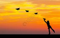 女孩扔纸飞机剪影图片