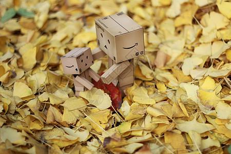银杏叶衬托下的亚马逊纸盒人图片