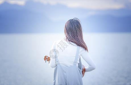 女孩在海边玩耍背影图片