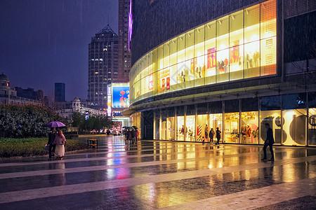 购物中心门口雨景图片
