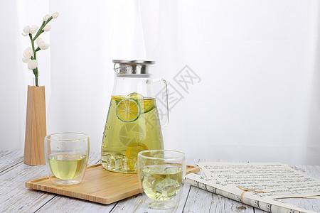 水壶里的柠檬茶图片