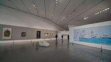 现代艺术展厅看展览的人图片