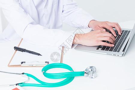 电脑前打字看病的医生图片