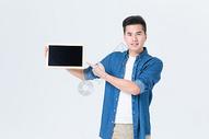 年轻男性手拿空白小黑板展示图片