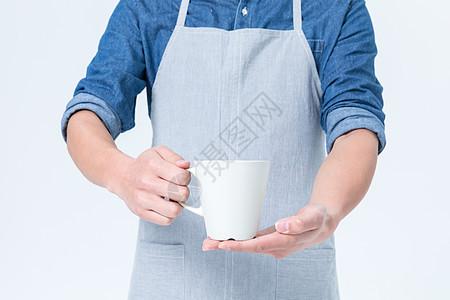 拿着咖啡杯的咖啡师服务员图片