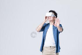 年轻男性体验虚拟现实3D眼镜图片