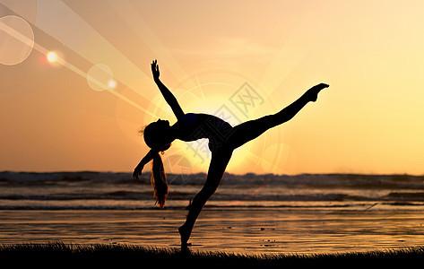 夕阳下跳舞的女孩图片