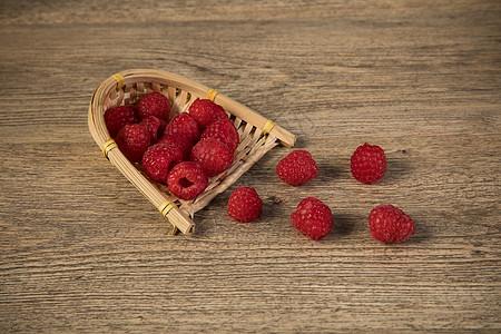 散落的树莓图片