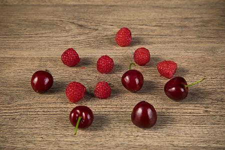 桌子上的樱桃和车厘子图片