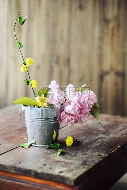 旧桌子上的樱花图片