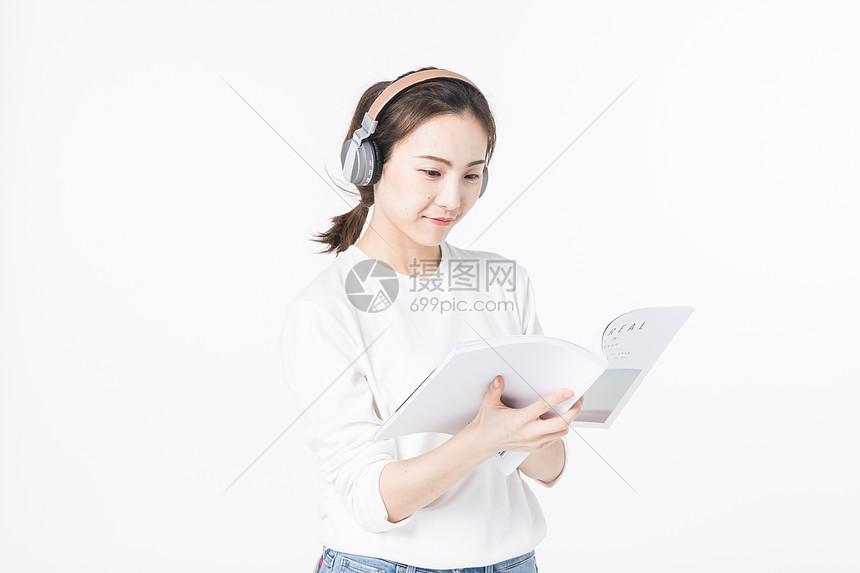 听音乐看书的青年女孩图片