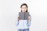 青年女性阅读图片