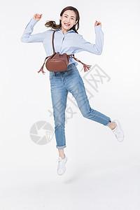 青年女性开心跳跃图片