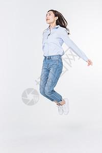 青年女性飞翔跳跃图片