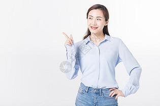 开心青年女性手势指引图片