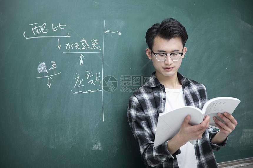 先生在课堂里看书阅读图片