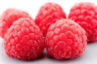 几只新鲜的树莓图片