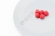 装在盘子里极简的树莓图片