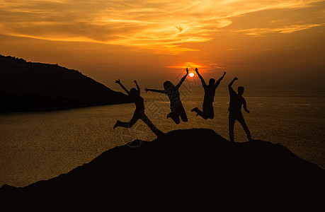 夕阳下跳跃人物剪影图片