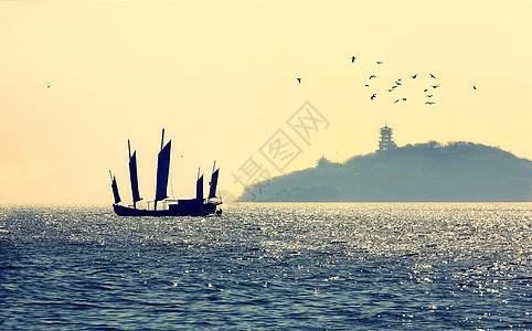 阳光下的太湖风光与桅杆船图片
