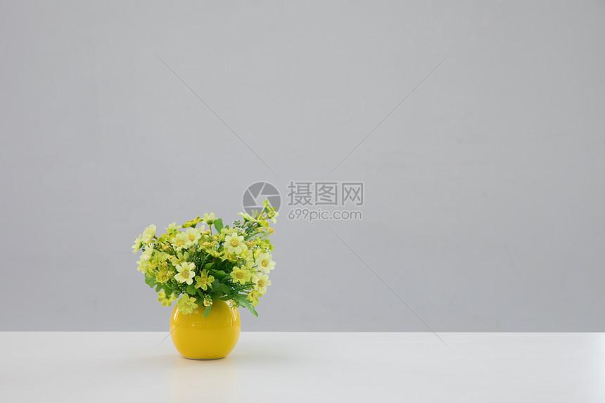 桌子上的花束图片