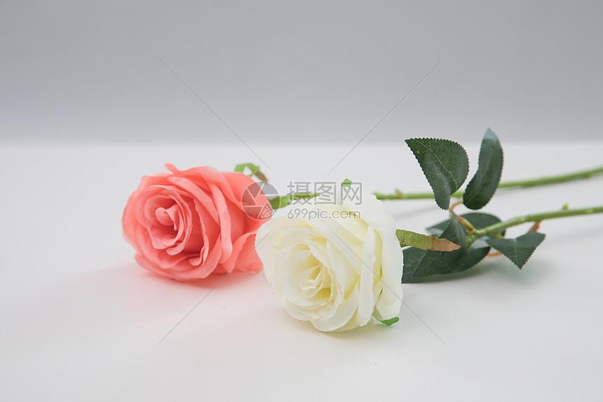 桌子上的玫瑰花图片