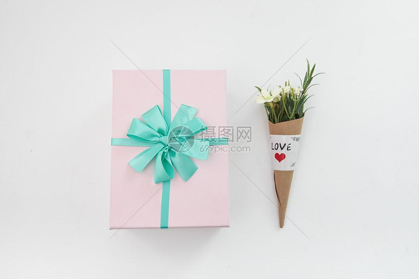 桌上的礼盒和鲜花图片