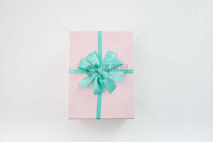仰望的粉色礼盒图片